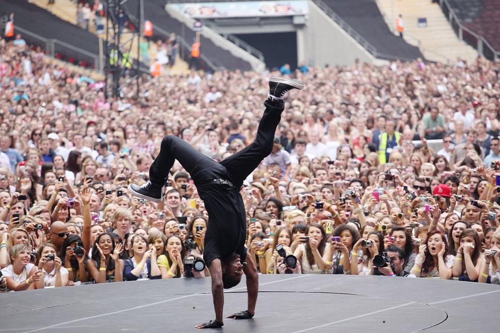 Usher wows the crowd with his dance moves